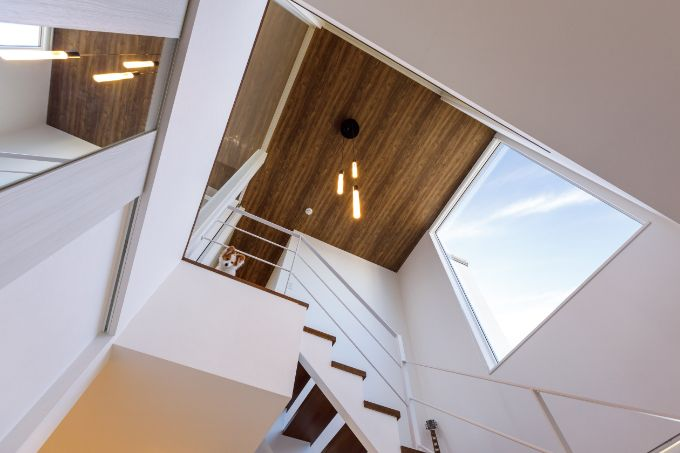 階段ホールには大きな窓を設けている/注文住宅実例