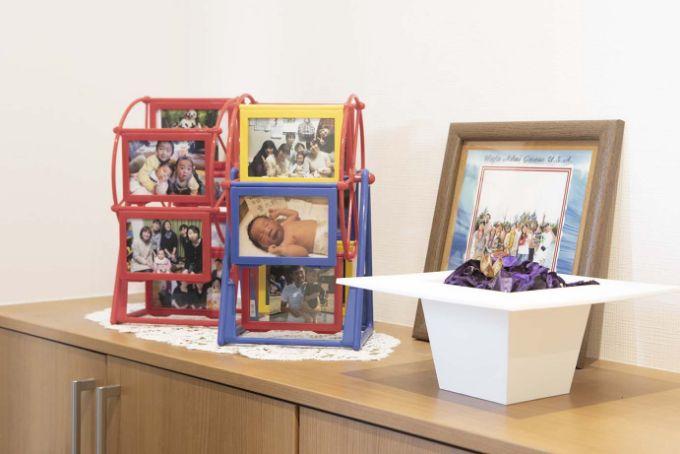 玄関においてある子どもの写真を飾っている写真立て/注文住宅実例