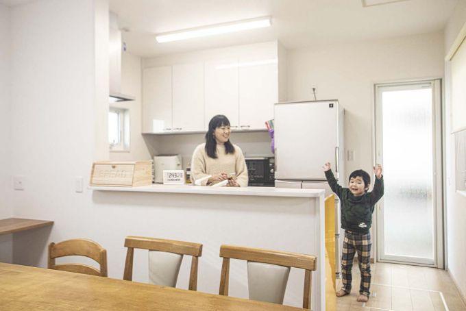 新しい注文住宅の自宅で嬉しそうな母と子/注文住宅実例