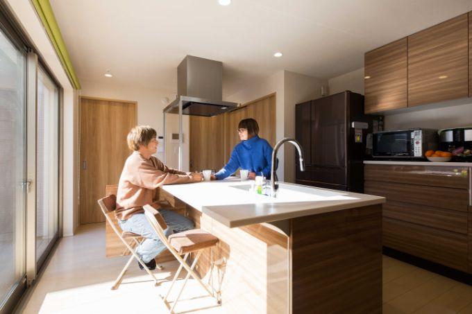料理を並べても余裕のある広めのキッチンカウンター/注文住宅実例