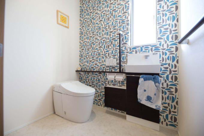 バリアフリー設計のトイレ。壁紙に遊び心のある柄を使用/注文住宅実例