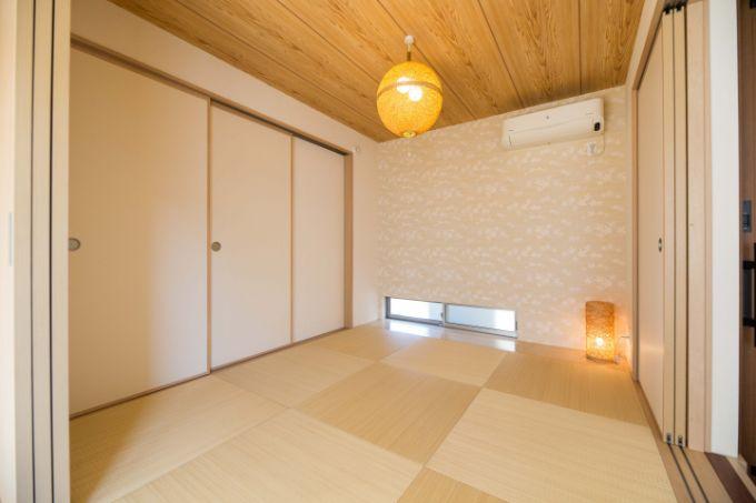 琉球畳とダークブラウンの木材の敷居を使用した和室