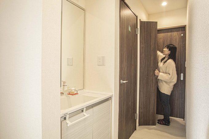 1フロアで生活動線が完結できるよう設置した廊下の洗面室