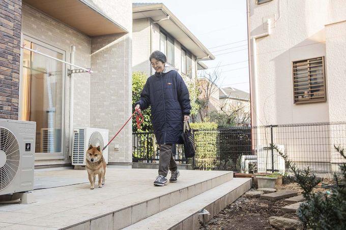 整備した庭での散歩を楽しむFさんと愛犬/注文住宅実例