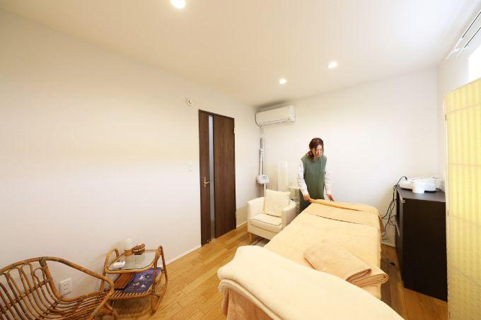 ベッドやフットバスなどを来客を考えた設備のエステルーム/注文住宅実例