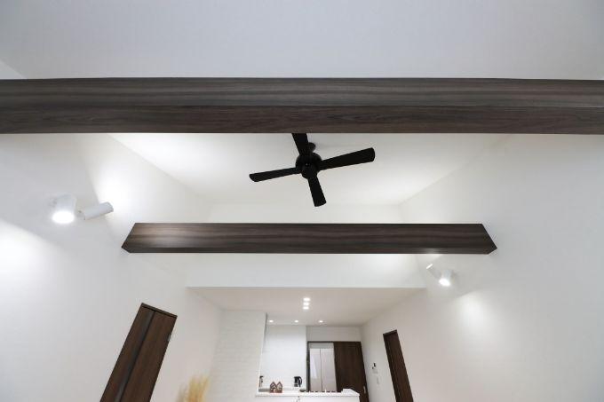 梁を通した勾配天井がリビングを開放的に/注文住宅実例