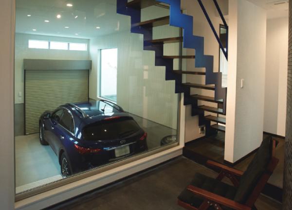 ショールームのようなこだわりのガレージは、心ゆくまで愛車を眺めてくつろげる空間(写真/広川智基)