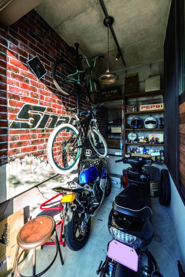 住まいづくりを考えた当初から希望していた、趣味のバイクのためのガレージは大人の秘密基地のよう(写真/河波隆博)