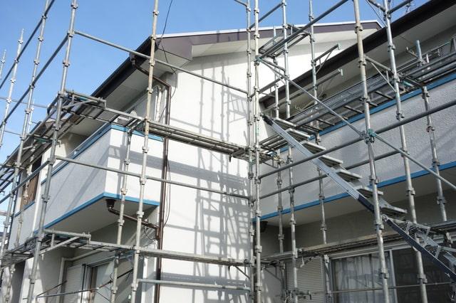足場を組む必要があるような外壁や屋根、2階の窓まわりに関わるメンテナンスは、いくつかを同時に行うのがオススメ(画像/PIXTA)