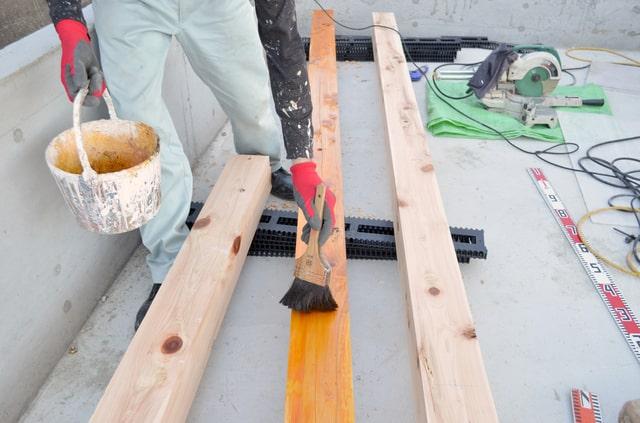木造住宅を長くもたせるには木部の点検、特にシロアリ対策(防腐・防蟻)が重要(画像/PIXTA)