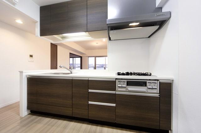 腰高の壁や吊戸棚などで部分的に仕切られているセミオープンキッチン(画像/PIXTA)