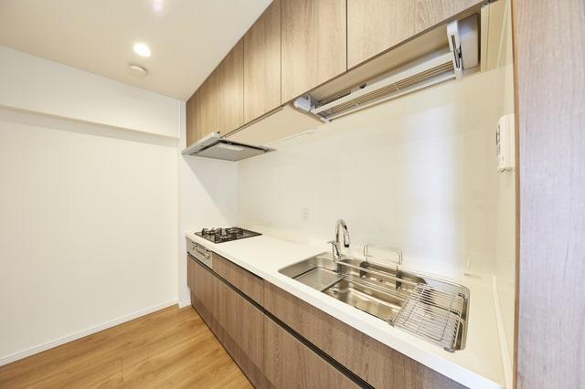 壁で仕切られていて部屋のようになっているクローズドキッチン(画像/PIXTA)