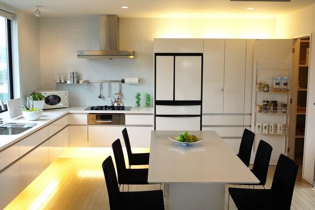 壁付け型のオープンキッチン(画像/PIXTA)