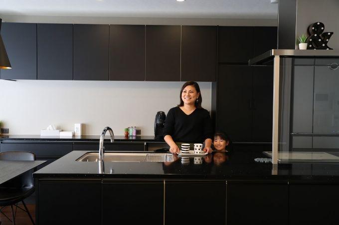 大きめのキッチンでは、妻が「母や娘たちと一緒に立つのが楽しい」と話す。キラキラ輝く天板は、夫が気に入ったものをチョイス(写真/本美安浩)