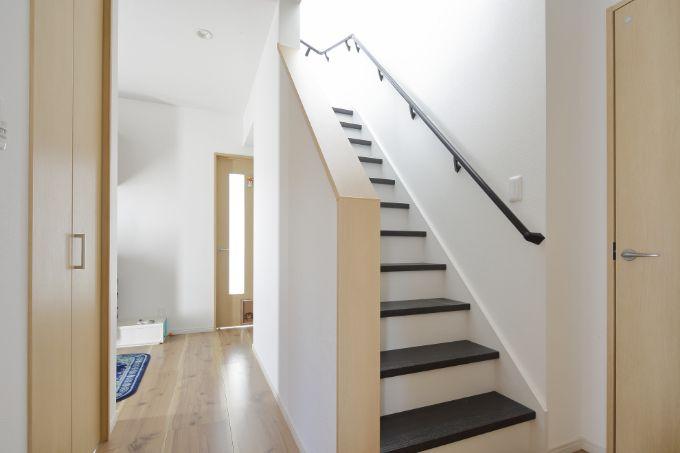 モノトーンの配色が特徴的な階段/注文住宅実例