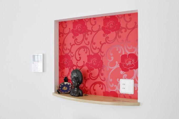 オリエンタルなイメージの赤い壁紙をあしらった棚/注文住宅実例