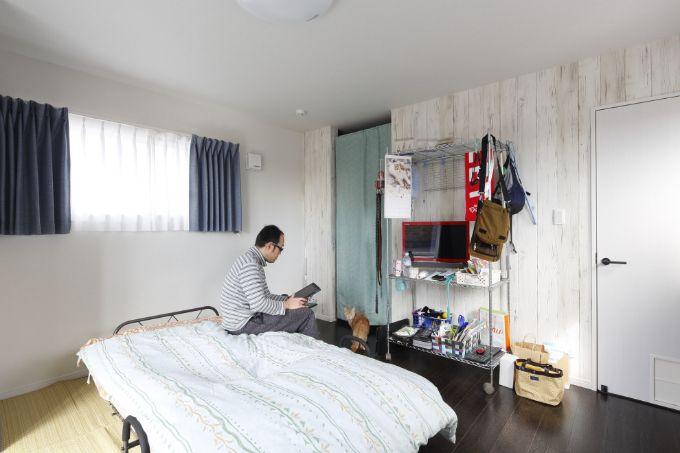 白い木のようなアクセントクロスが爽やかな個室/注文住宅実例
