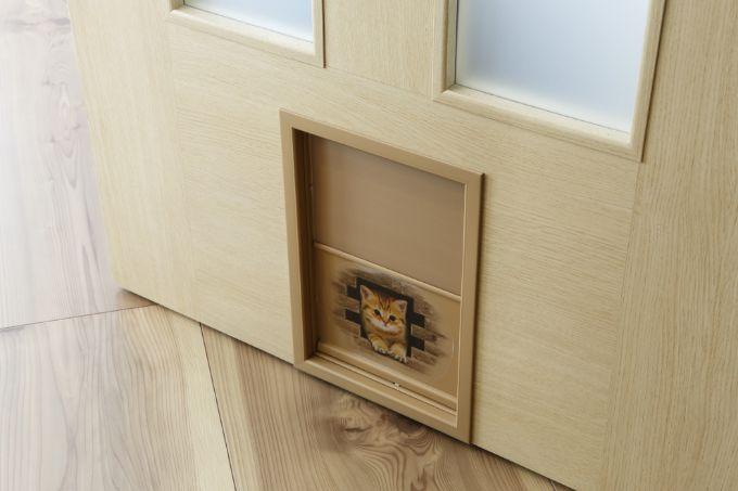 猫がリビングを出入りするかわいらしいペットドア/注文住宅実例