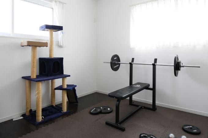 キャットタワーとベンチプレスのあるトレーニングルーム/注文住宅実例