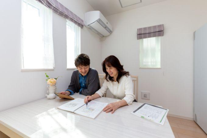 注文住宅を建てるためさまざまな情報を記録したノートを振り返るIさん/注文住宅実例