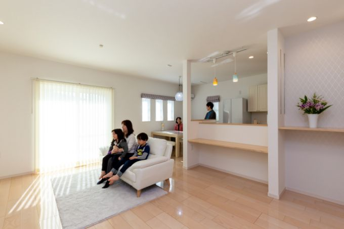 窓を大きくし、白系の床を使うことで明るい空間になったLDK/注文住宅実例