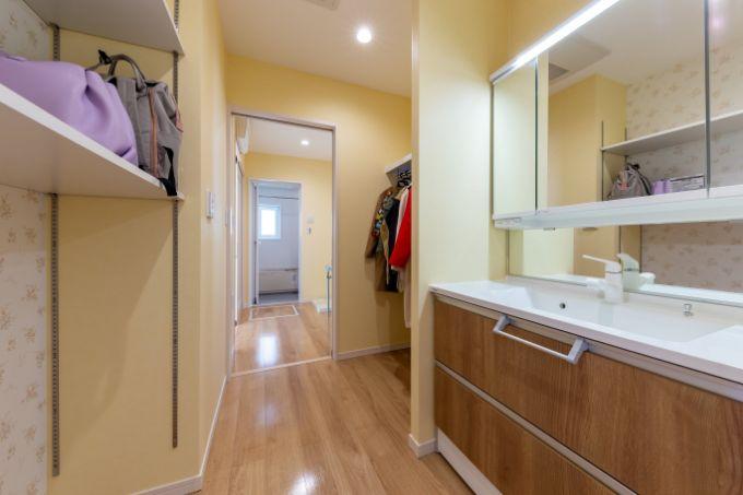 玄関近くに設置し、収納棚を備え付けた洗面室/注文住宅実例