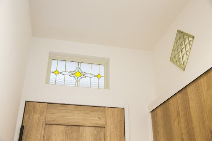 購入したステンドグラスやガラスブロックを明かり窓として取り付けたトイレと洗面所/注文住宅実例
