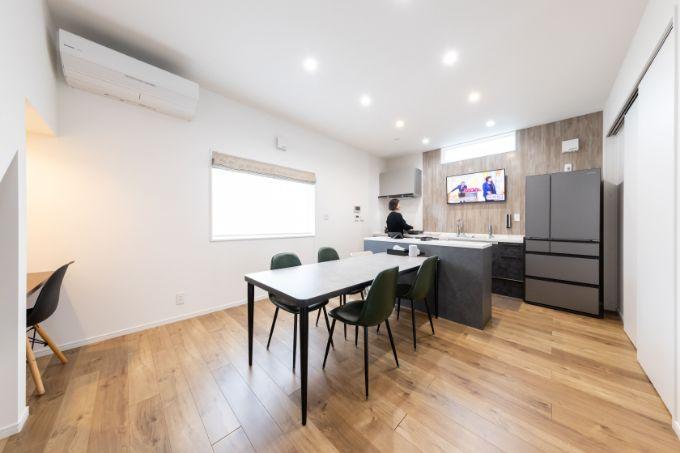 壁掛けのテレビと夫が造作したカウンターやテーブルを設置したキッチン/注文住宅実例