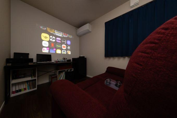 プロジェクター用壁紙で壁面をスクリーンにしたシアタールーム/注文住宅実例
