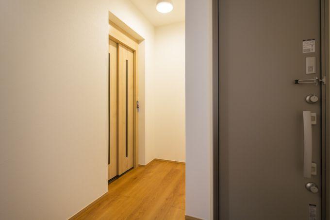玄関に入ってすぐのところに設置したホームエレベーター/注文住宅実例