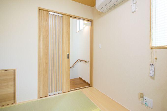 収納スペースとして階段下のデッドスペースを活用している中2階の和室/注文住宅実例