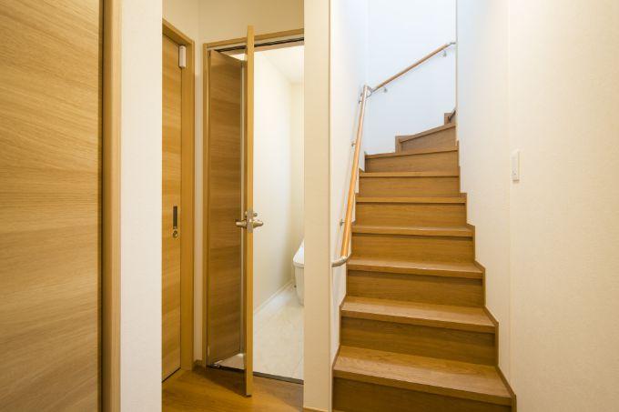 扉に折れ戸を使っているトイレ/注文住宅実例