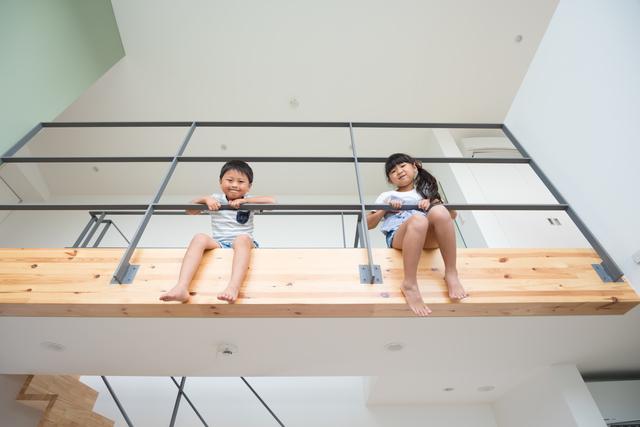 吹抜けを通して上の階から覗き込む子どもたち