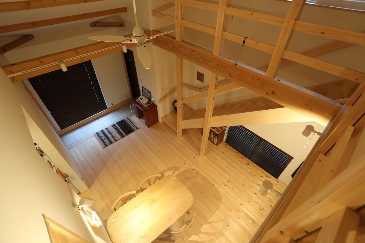 壁や仕切りを極力なくした設計のため開放感のある吹抜け/注文住宅実例