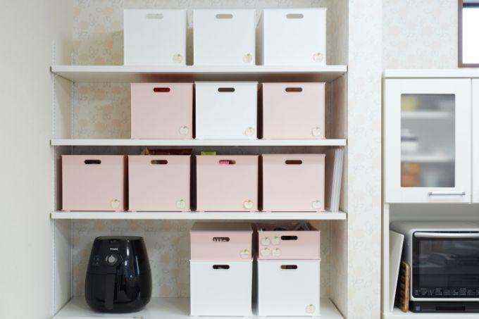 可動棚のパントリー。あじさい柄の壁紙がよいアクセントに/注文住宅実例