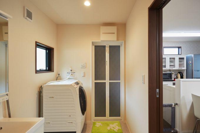 スムーズな動線を実現するためにサニタリー空間をキッチンの横に設置/注文住宅実例
