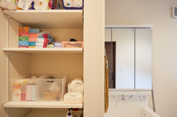 たっぷりと確保されている洗面台横の収納スペース/注文住宅実例