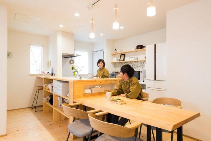 採光のよいキッチンとダイニングは木製で温かい雰囲気/注文住宅実例