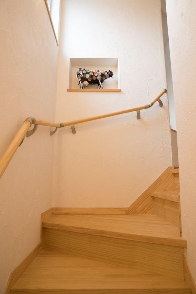 階段に造作した飾り棚に夫婦の思い出の品を飾っている/注文住宅実例
