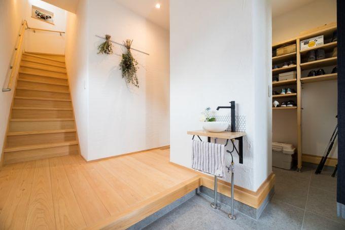 たっぷりの収納と洗面台を備えた玄関/注文住宅実例