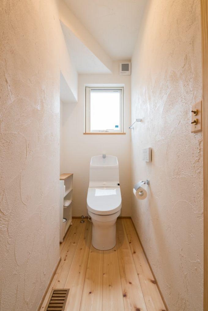 波のような塗り方の漆喰壁が特徴的なトイレ/注文住宅実例