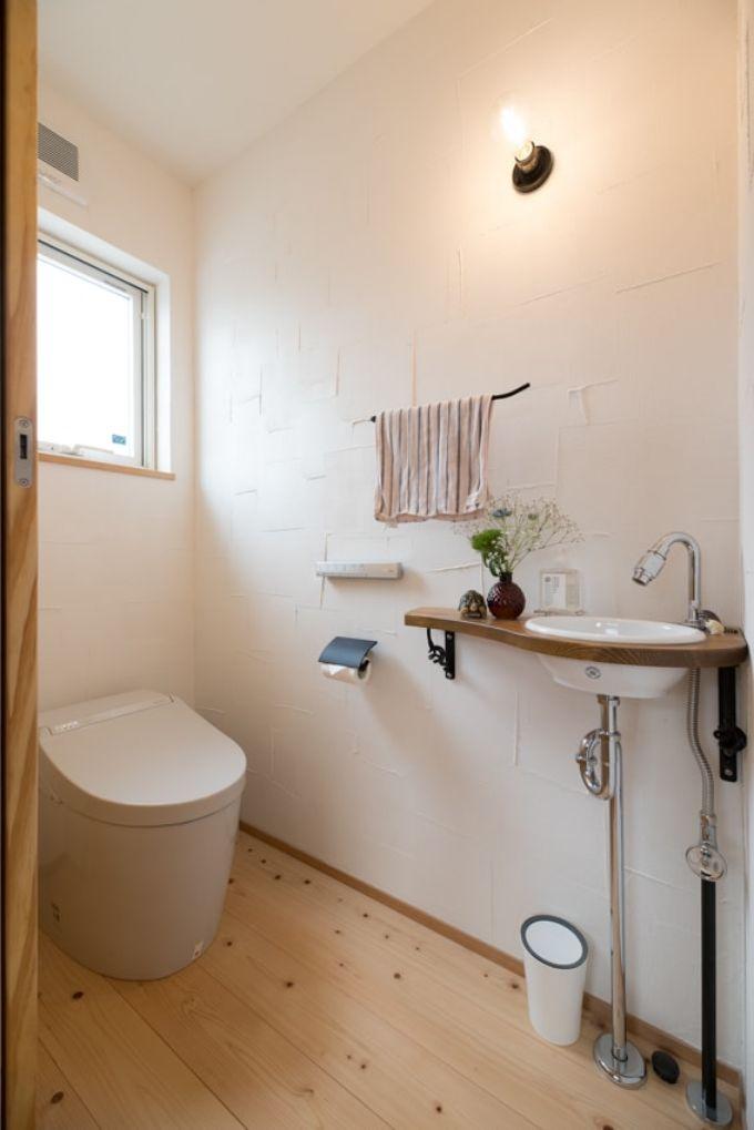 チェックのような塗り方の漆喰壁を取り入れたトイレ/注文住宅実例