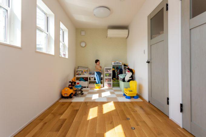 子どもを見守れるようリビング隣に設置した子供部屋/注文住宅実例