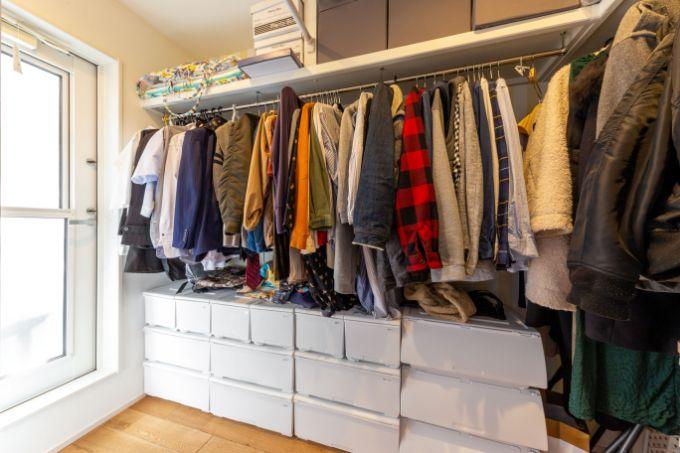 家事動線を意識し洗濯と収納を一直線でできるように設置したウォークインクロゼット/注文住宅実例