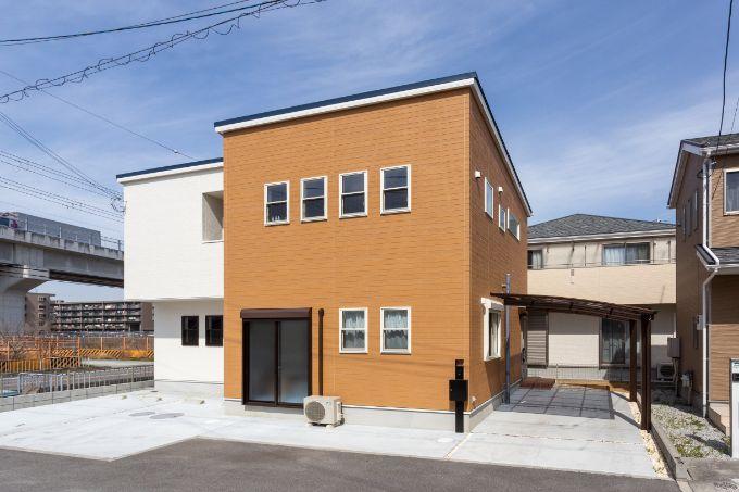 居住スペースと店舗がシンプルにまとまった外観/注文住宅実例