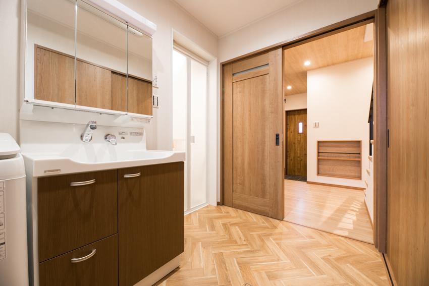 ヘリンボーン模様の床が特徴的な洗面室/注文住宅実例