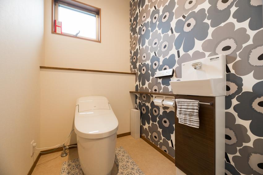 北欧デザインの壁紙がアクセントのトイレ/注文住宅実例