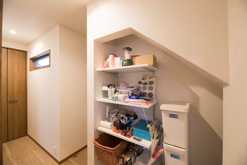 キッチンと洗面室両面に設けた階段下収納/注文住宅実例