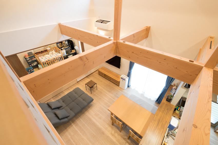 見せ梁が開放的な空間を演出しているLDK/注文住宅実例