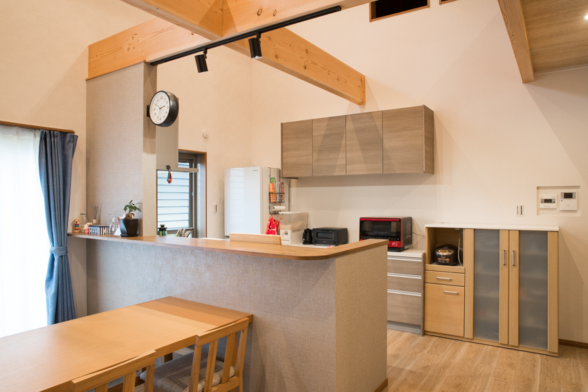 木の色・白・グレーを基調に黒がアクセントになっているシンプルなキッチン/注文住宅実例